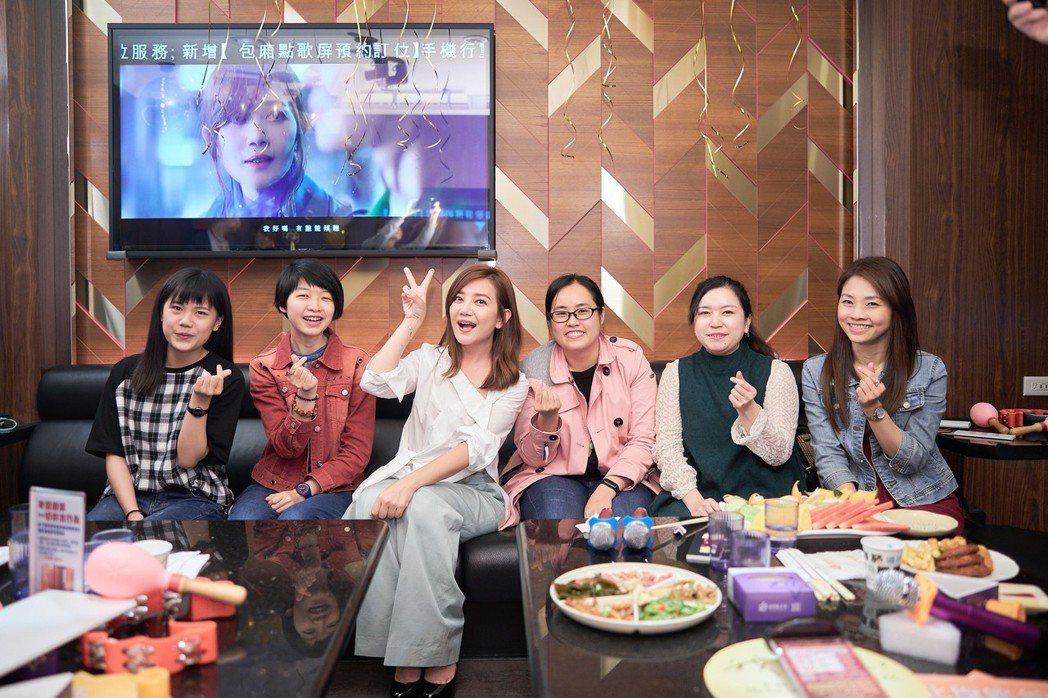 梁靜茹到KTV玩突擊歌迷和網紅的遊戲。圖/環球音樂提供