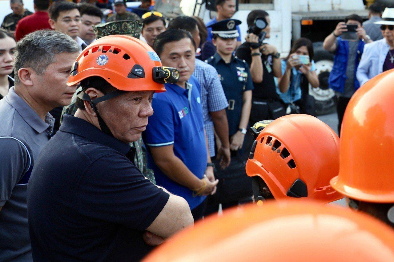 菲律賓總統杜特蒂(左)在國內仍大受歡迎,可望在期中選舉加強權力的掌控。美聯社