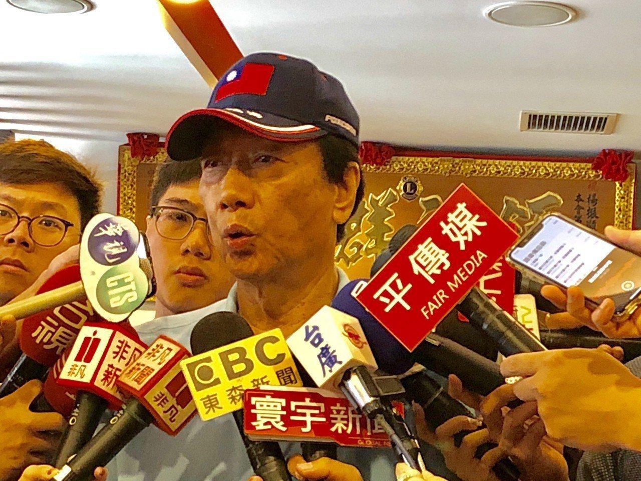 鴻海董事長郭台銘表示:「我已經淡出鴻海了!」下午將在台中與中小企業主座談,因此不...