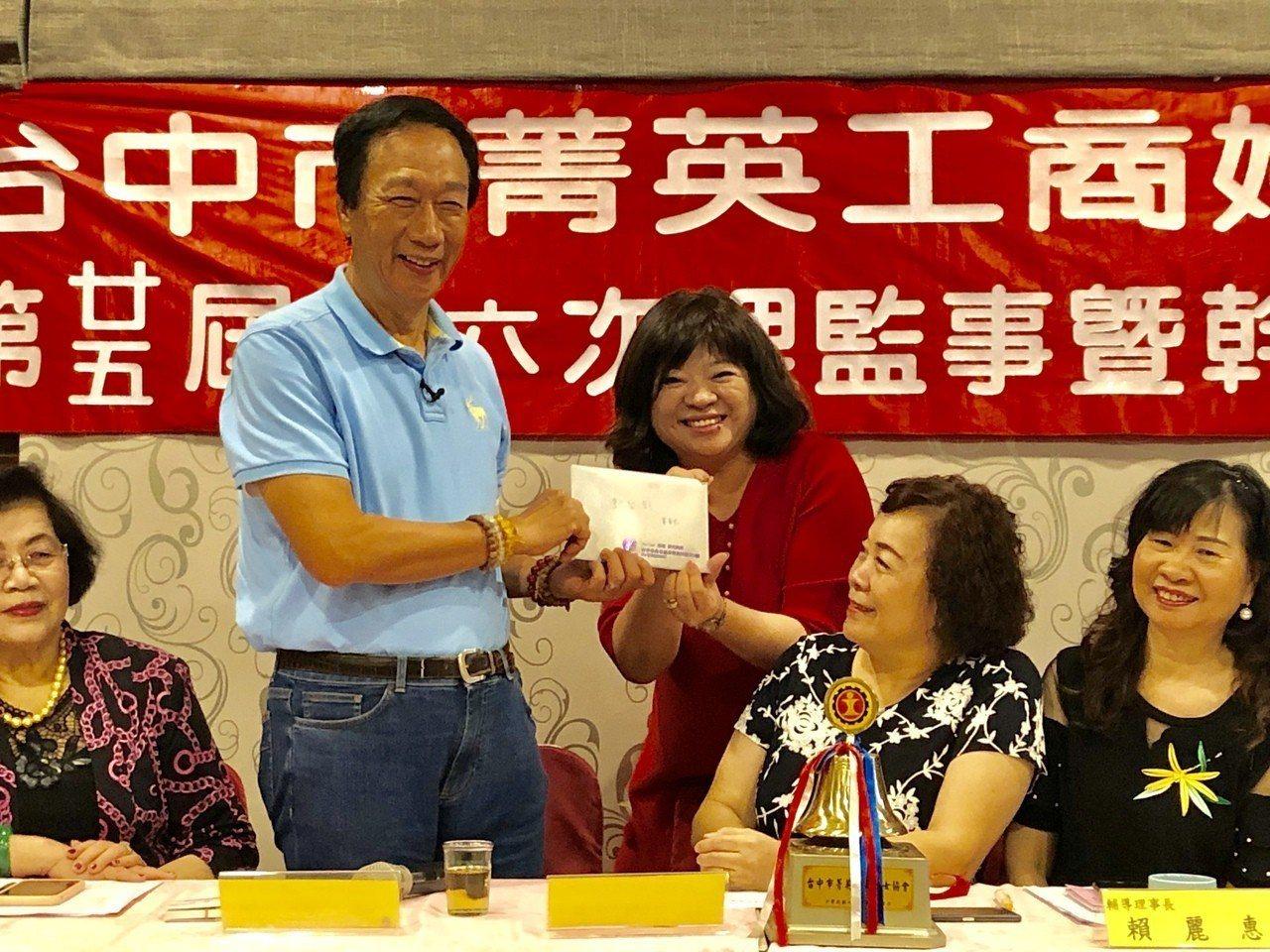 在台中市菁英工商婦女協會理監事會上,郭台銘受到熱烈歡迎,還有會員遞交建言書。記者...