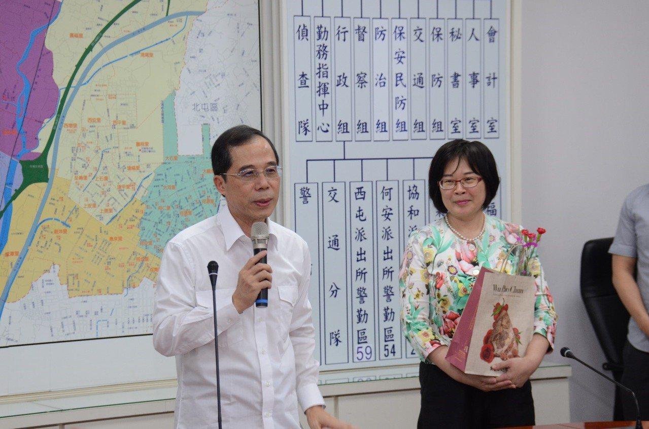 台中市警局第六分局昨提前舉辦母親節活動,分局長盧廷彰(左)贈送禮物感謝媽媽警察,...