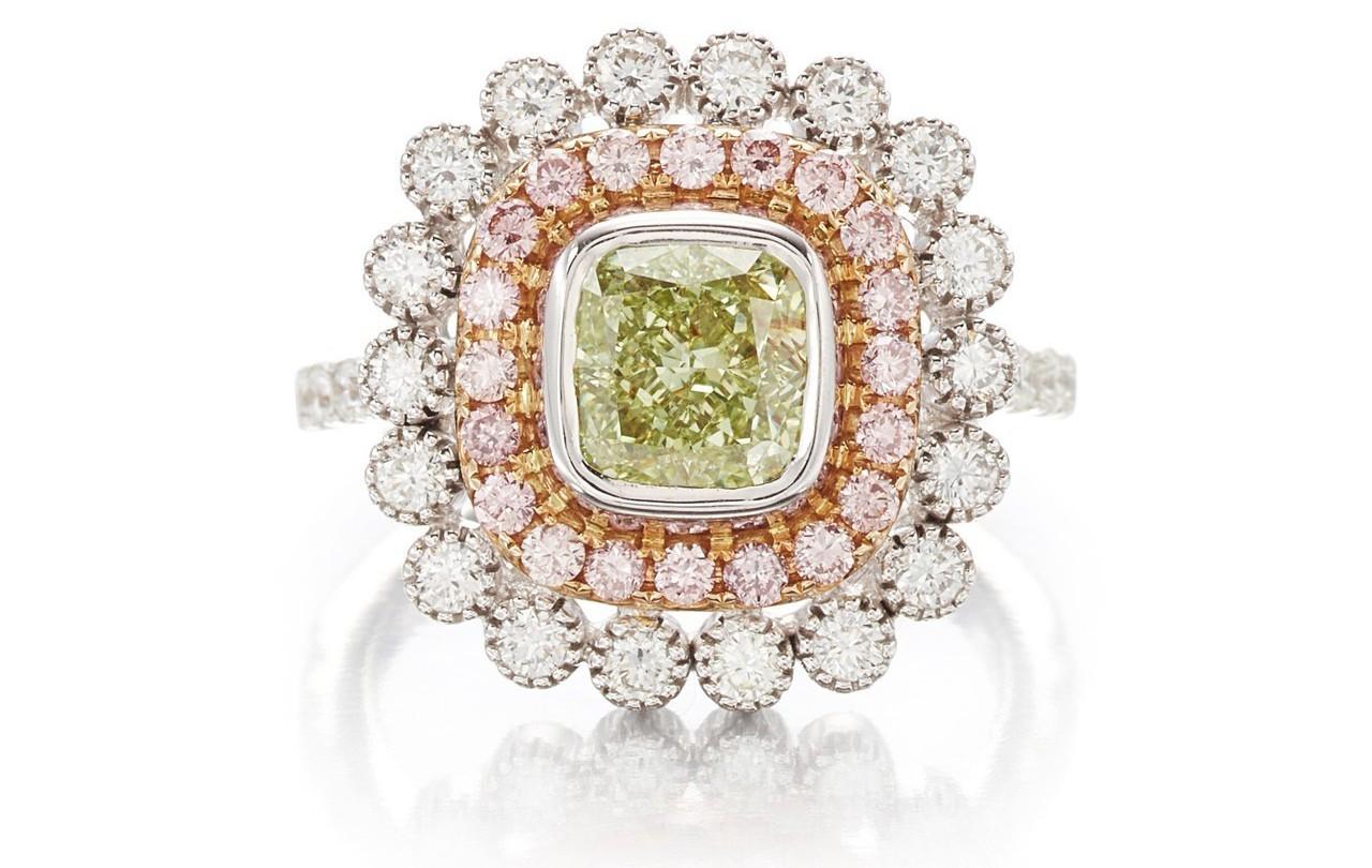 1.54克拉黃綠色彩鑽(SI1淨度)鑽戒,估價55萬元起。圖/蘇富比提供