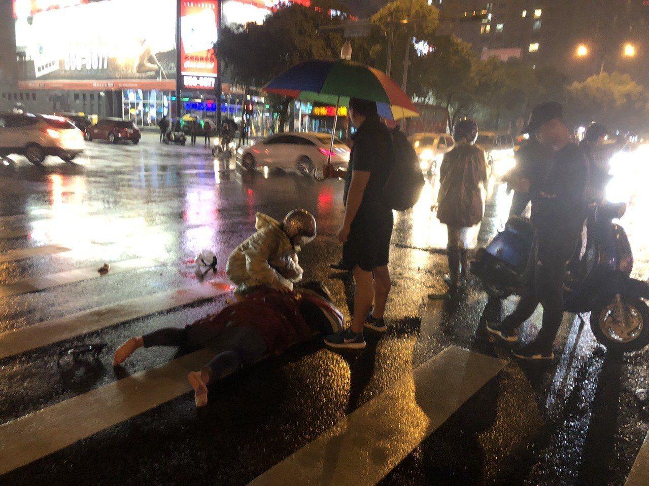 新竹縣竹北市光明六路與莊敬三路口昨晚發生轎車與機車碰撞事故,當時雨勢滂沱,路過的...