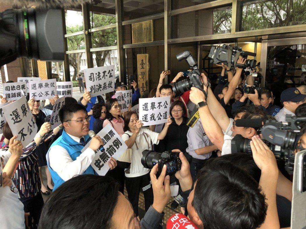 台北市黨部率支持者陪同丁守中至地院聽取判決結果,在場外高喊司法已死、判決無效。圖...