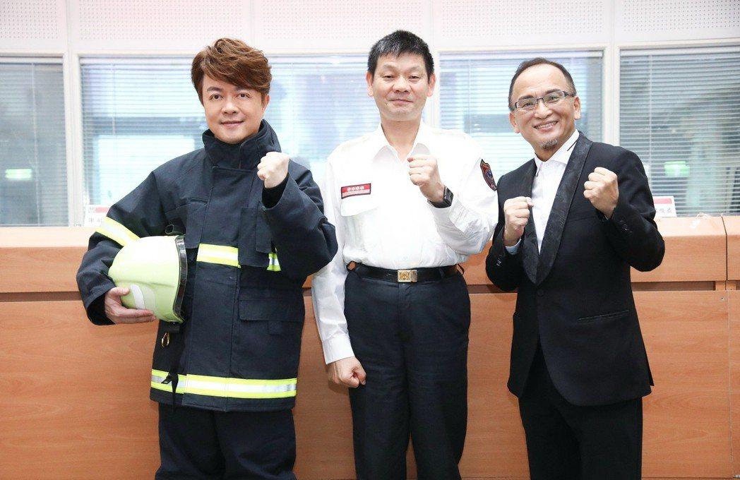 翁立友穿上消防弟兄的制服,受贈消防署感謝狀。圖/豪記唱片提供