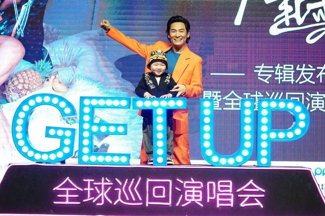 杜德偉9日在北京舉辦新專輯「起來」發片記者會,兒子也到場支持。圖/杜德偉工作室提