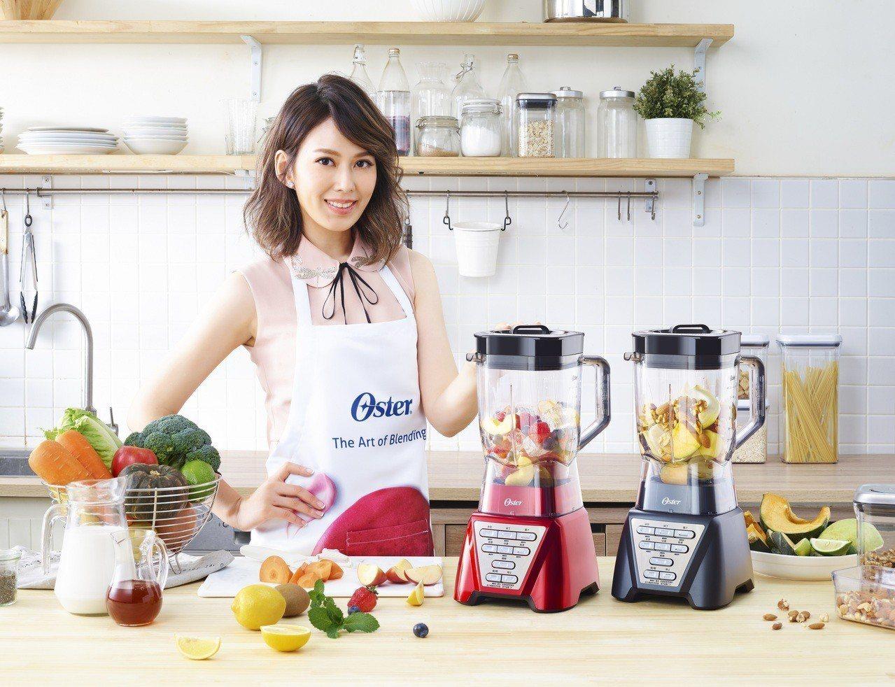 利用Oster DualPro智慧雙向全能調理機製作的莎莎醬與莓果冰沙,是Mel...