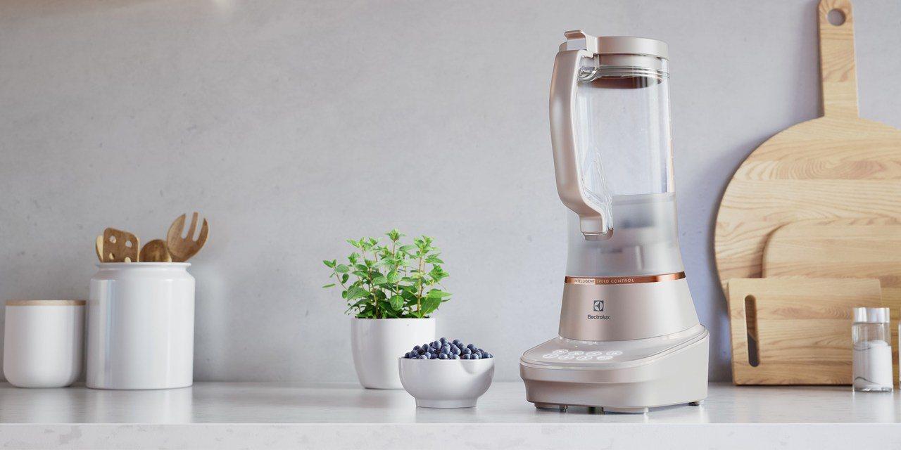 伊萊克斯主廚系列全能調理果汁機流沙金款,內含濾網、研磨杯、隨行杯3種實用配件,建...