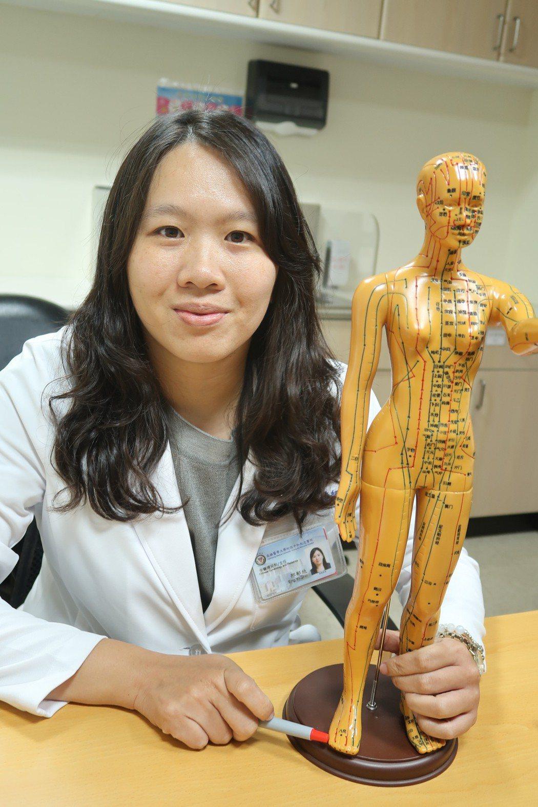 高醫中醫部婦兒科主任邢郁欣表示,艾灸轉胎是中醫傳統療法,將艾灸置於雙腳小趾的「至...