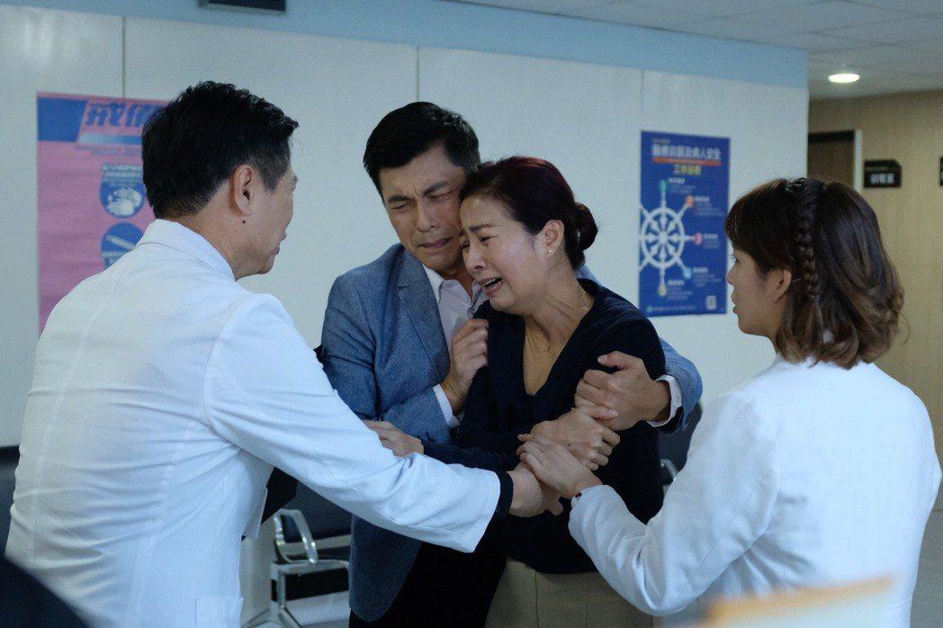方文琳在「生死接線員」戲中,面對兒子快死,詮釋家屬被遊說捐贈器官的心情,令人動容...