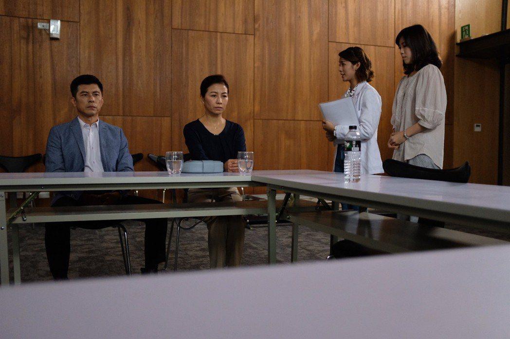 方文琳(中)在「生死接線員」戲中,面對兒子快死,詮釋家屬被遊說捐贈器官的心情,令...