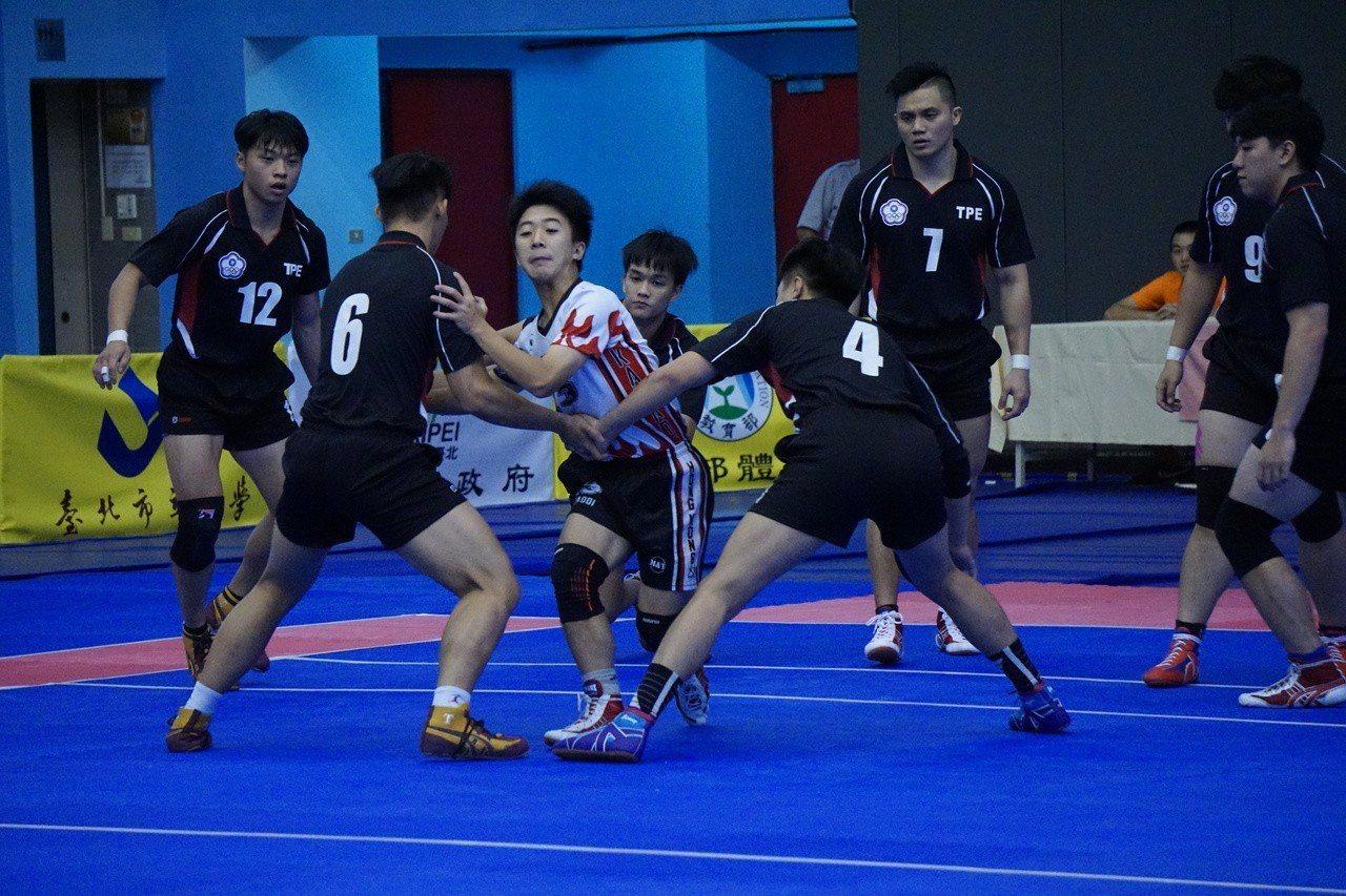 中華隊(黑衣)在首場比賽輕取香港。記者劉肇育/攝影