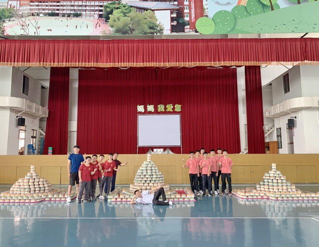 大成商工兩千名學生把學校送的蛋糕,堆成三座愛心蛋糕塔,有人拍照留影,把大蛋糕傳回...