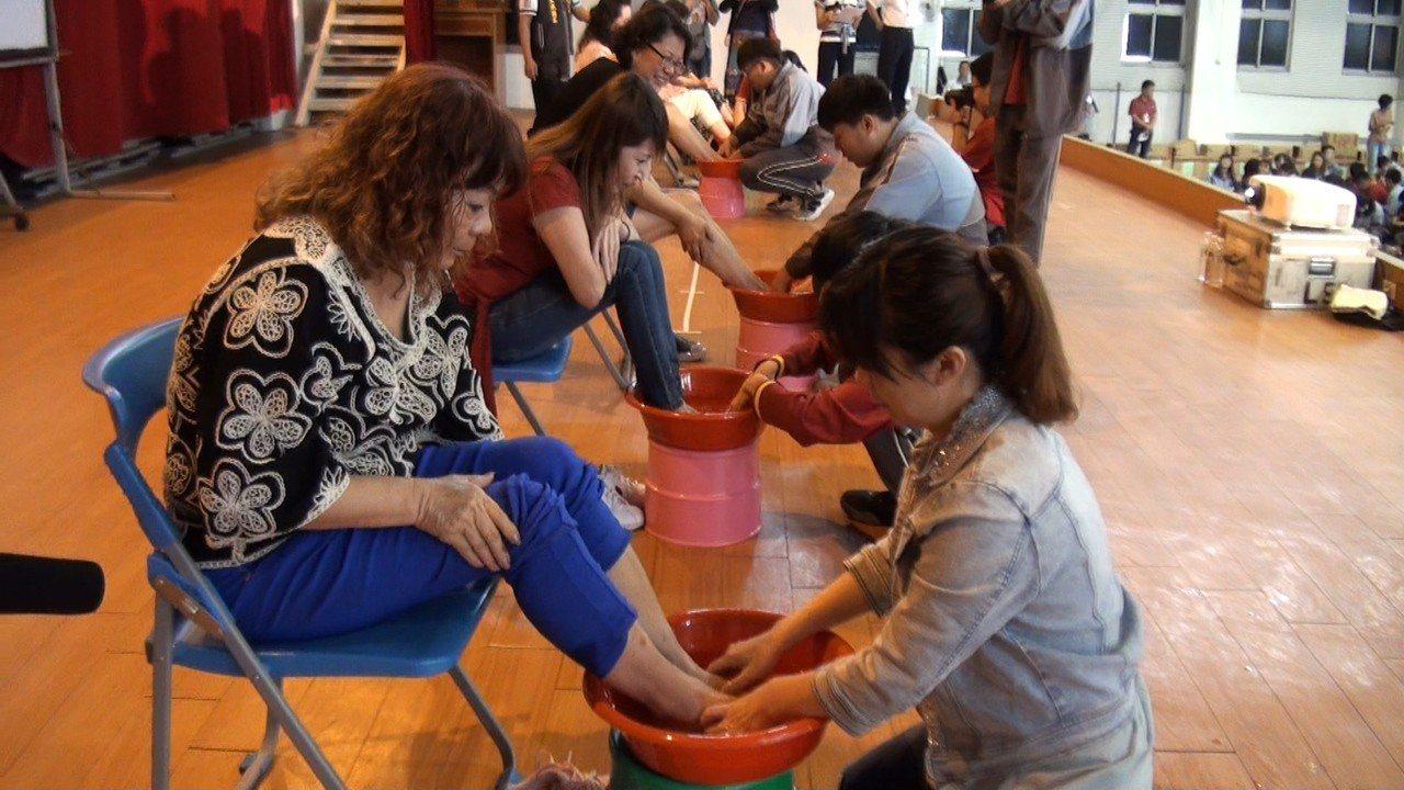 大成師生幫媽媽洗腳,讓媽媽超感動。記者蔡維斌/攝影