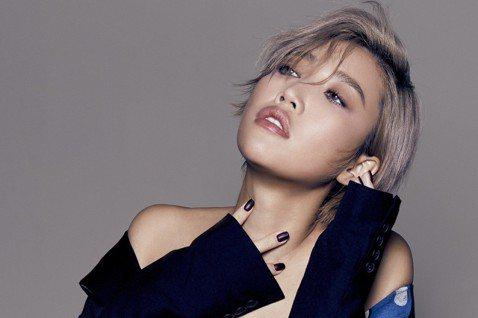 A-Lin推出「A-Lin原聲帶」精選輯,她上周末結束新加坡演唱會「A-Lin Show」,誠意十足的她除了連換3套衣服,還開放現場歌迷點歌,只不過A-Lin一不小心玩太嗨、把自己專屬的麥克風遞給台...