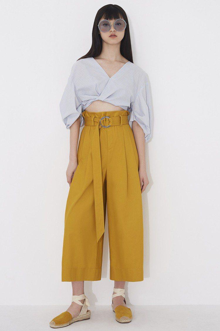 PortsPURE短版上衣9,080 元、釦環黃色寬褲12,800元。圖/微風精...