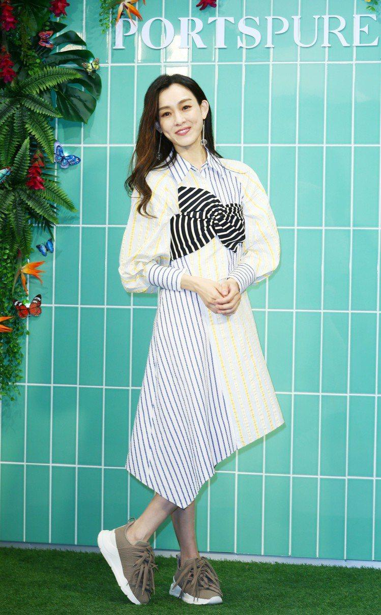 范瑋琪身穿PortsPURE不對稱襯衫洋裝,售價14,800元。記者杜建重/攝影