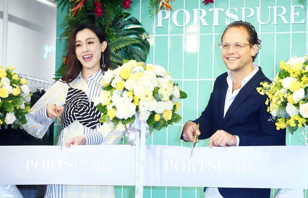 范瑋琪身穿PortsPURE不對稱襯衫洋裝,與PORTS亞太區副總裁MR. Ma