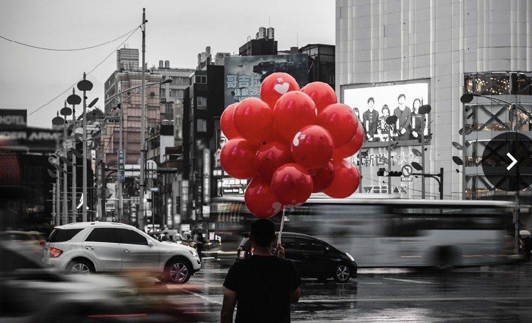 「牠 第二章」宣傳以紅氣球作為主軸,相當嚇人。圖/華納兄弟提供