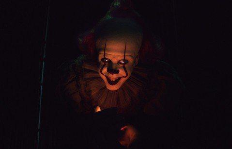 2017年在全球口碑與票房上都大放異彩的恐怖鉅作「牠」,在全球狂收七億美元後,讓「牠」不僅僅成為全美影史上票房最高的恐怖片,也重新定義了恐怖片的範疇,邪惡的小丑拿著紅色氣球的畫面深入人心,儼然也成為...