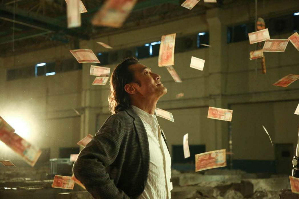 梁家輝在「追龍II:賊王」飾演香港最邪惡綁匪張子強。圖/華映提供