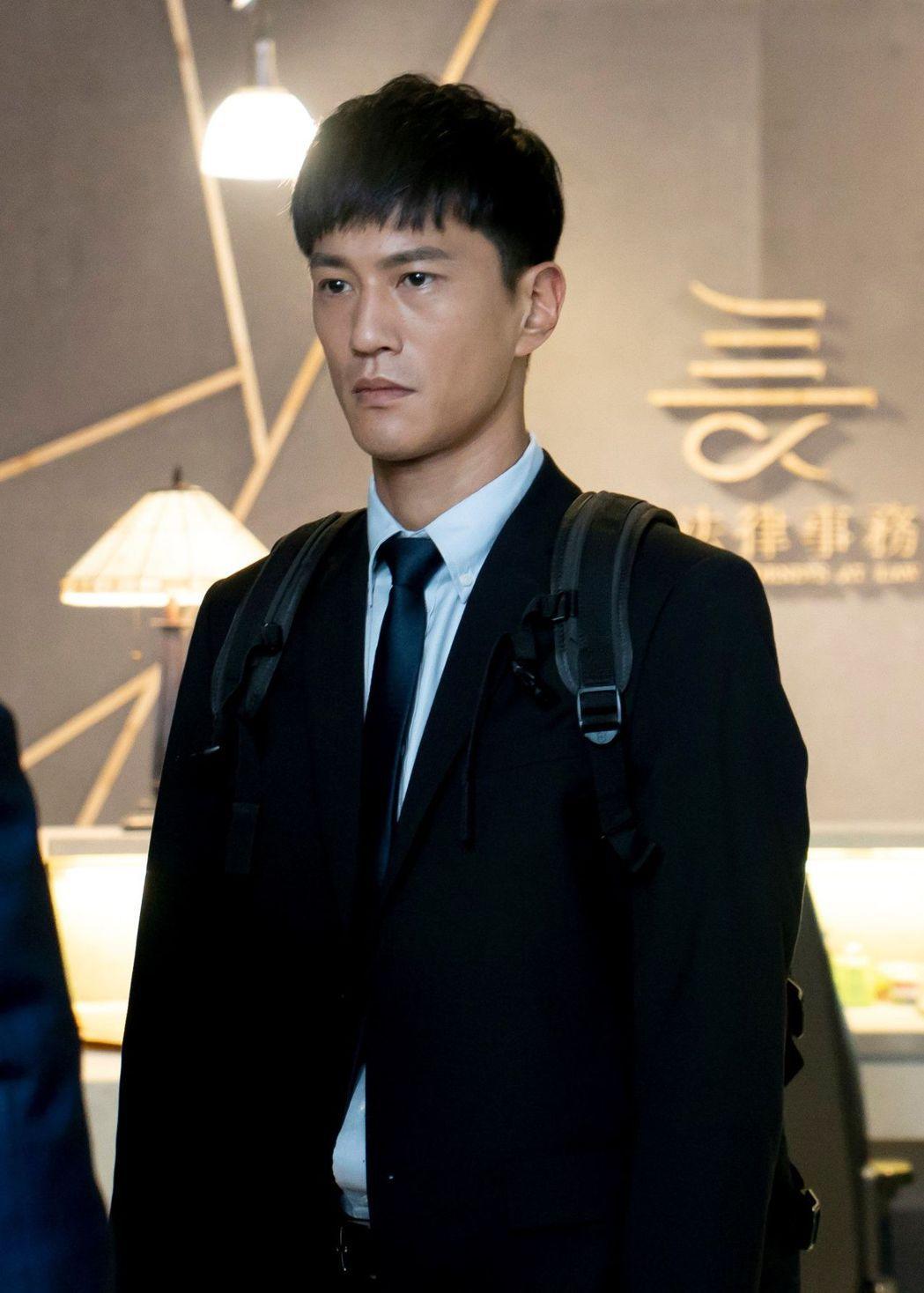 鍾承翰在《最佳利益》飾演實習律師陳博昀。圖/中天提供