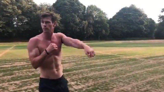 克里斯漢斯沃不忘運動,維持健美體態。圖/摘自Instagram