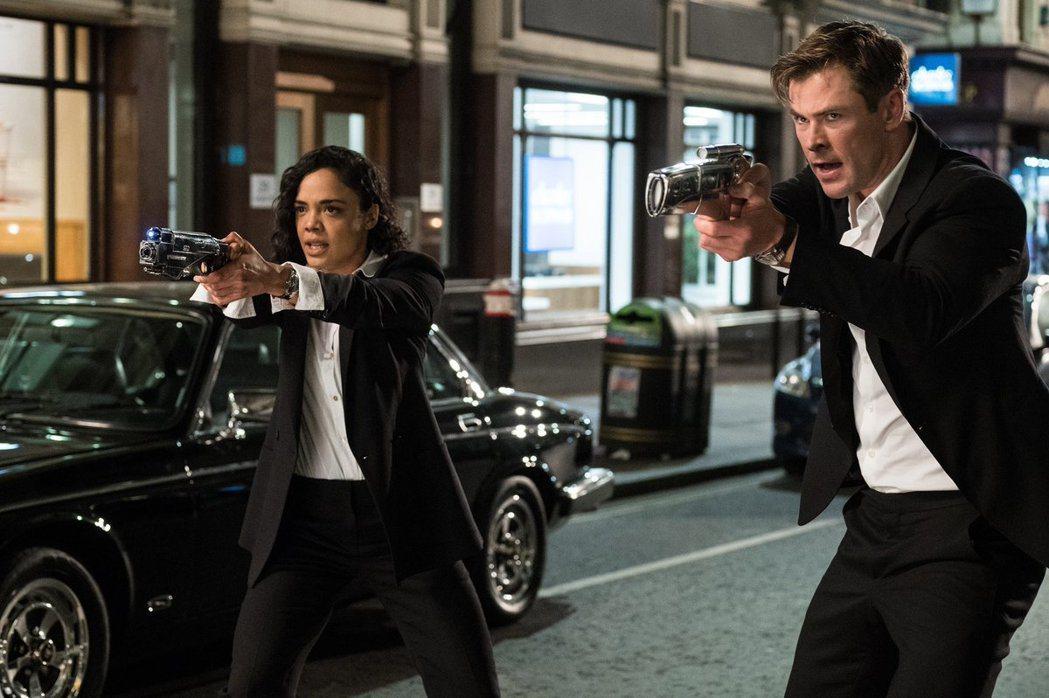泰莎湯普森(左)、克里斯漢斯沃繼漫威英雄片後又攜手合作「MIB星際戰警:跨國行動...