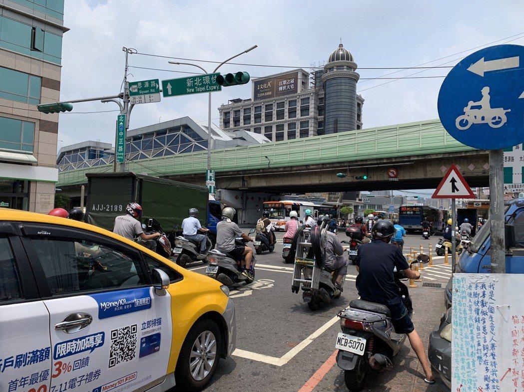 新北市新莊中正路在非尖峰時段車流依然很多。記者魏翊庭/攝影