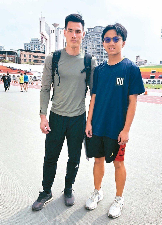 曾大年(右)在今年青年盃時與偶像楊俊瀚合影。 圖/莊榮達提供