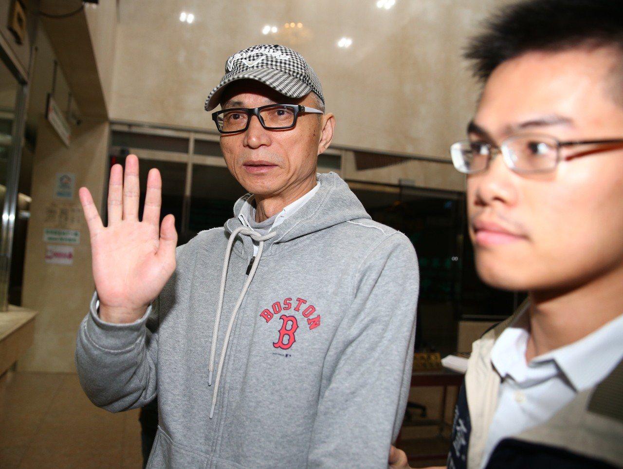 朱國榮(左)涉炒股遭檢調約談,凌晨移送北檢複訊。記者王騰毅/攝影