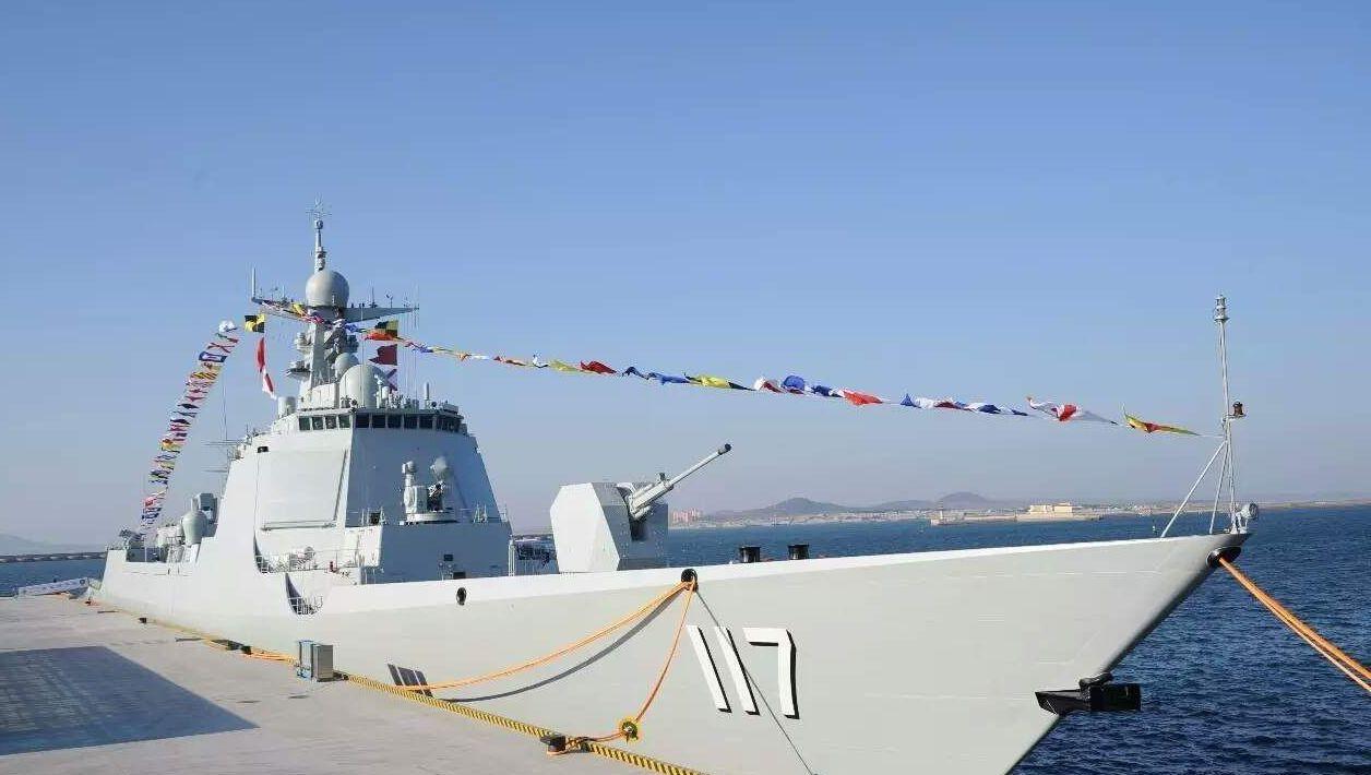 052D同型號的「117」的西寧艦,是四月下旬中共海軍建軍70年海上閱兵,習近平...