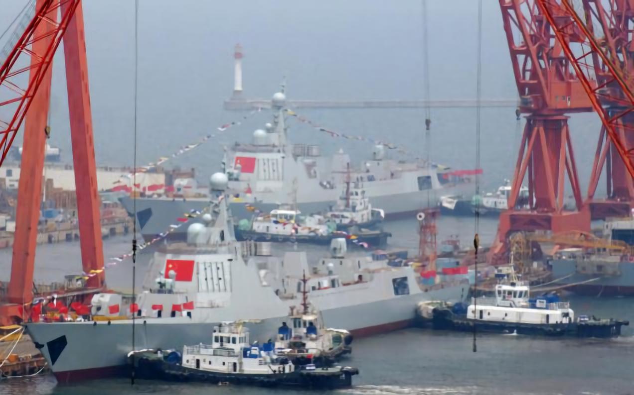 5月10日大連造船廠,中共兩艘052D型驅逐艦同時下水。 (文匯網)