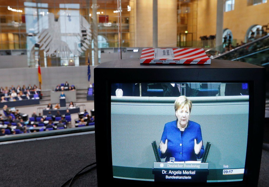 德國總理梅克爾在鏡頭前看來總是可靠、親民又有權威。 (路透)