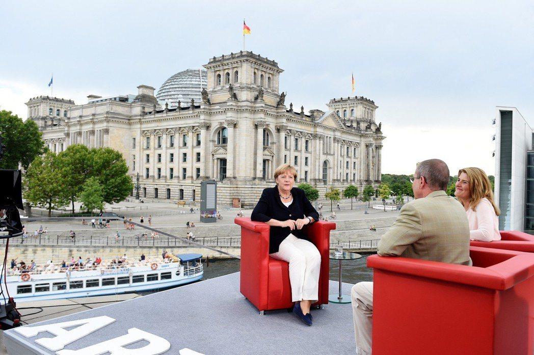 梅克爾接受德國電視節目專訪。 (美聯社資料照片)