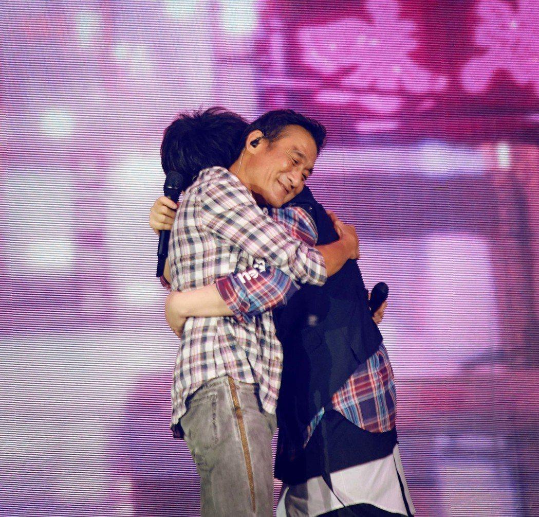 五月天香港第5場演唱會請來梁家輝當嘉賓。圖/相信音樂提供