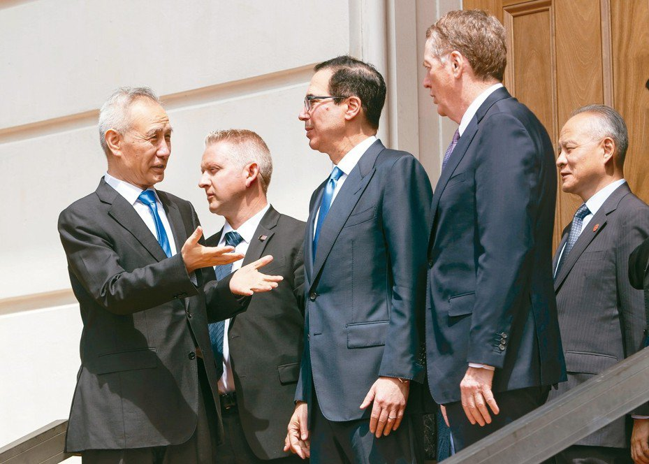 美中最新一輪貿易談判10日結束後,中國大陸國務院副總理劉鶴(左)向美國財政部長米努勤(中)、美國貿易代表賴海哲(右二)道別。 歐新社