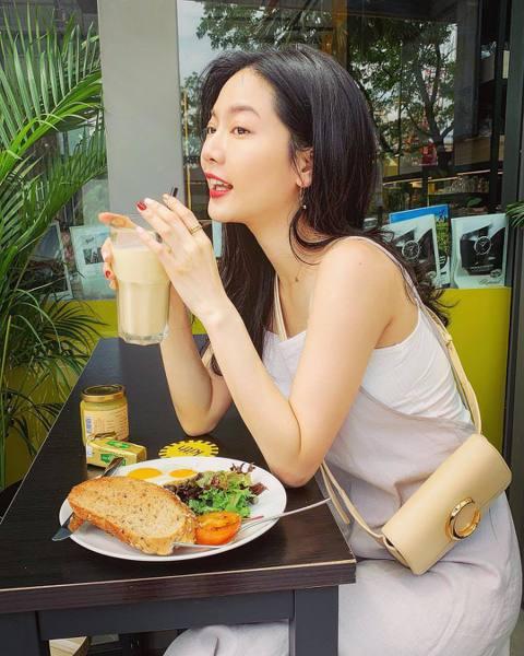 曾之喬最近到新加坡拍戲,常在社群網站上分享吃喝玩樂的照片,許多網友還以為她是去渡假「除了吃喝玩樂,應該也沒什麼其他事了吧⋯」,曾之喬10日跳出來喊冤直呼:「誤會大了!」曾之喬10日深夜在IG上發文解...