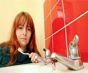英國女設計師瑞秋對水過敏,連刷牙都難。