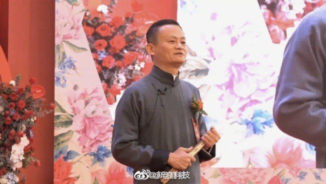第15屆阿里日舉行了集體婚禮。馬雲依舊親臨現場,為102對新人證婚。(取材自微博)