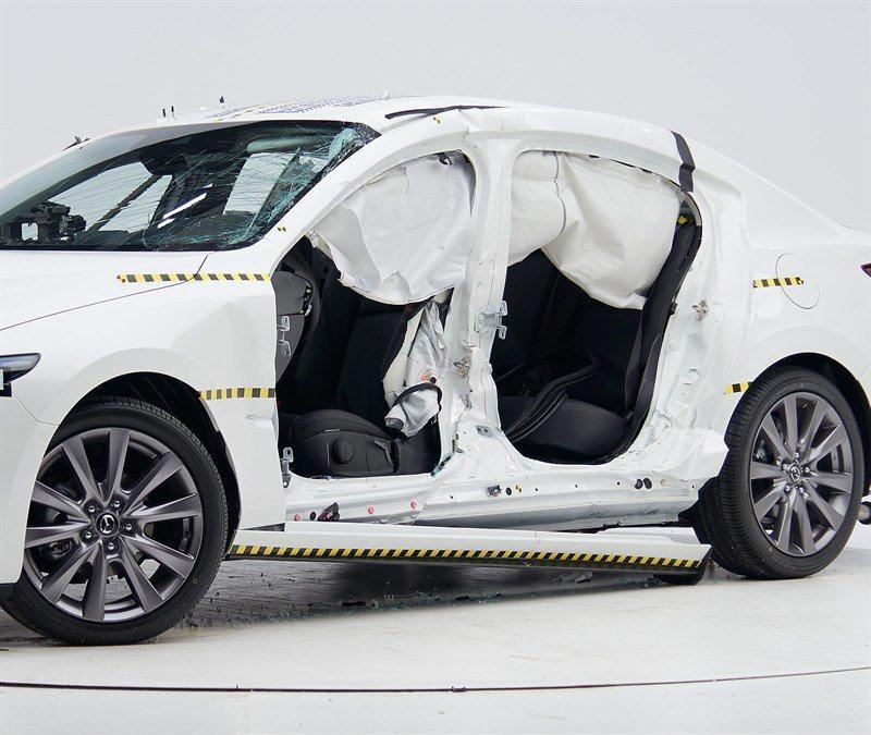 雖然這次的測試是拿新世代四門版Mazda3,但因為四門與五門版的車體結構相同,故...