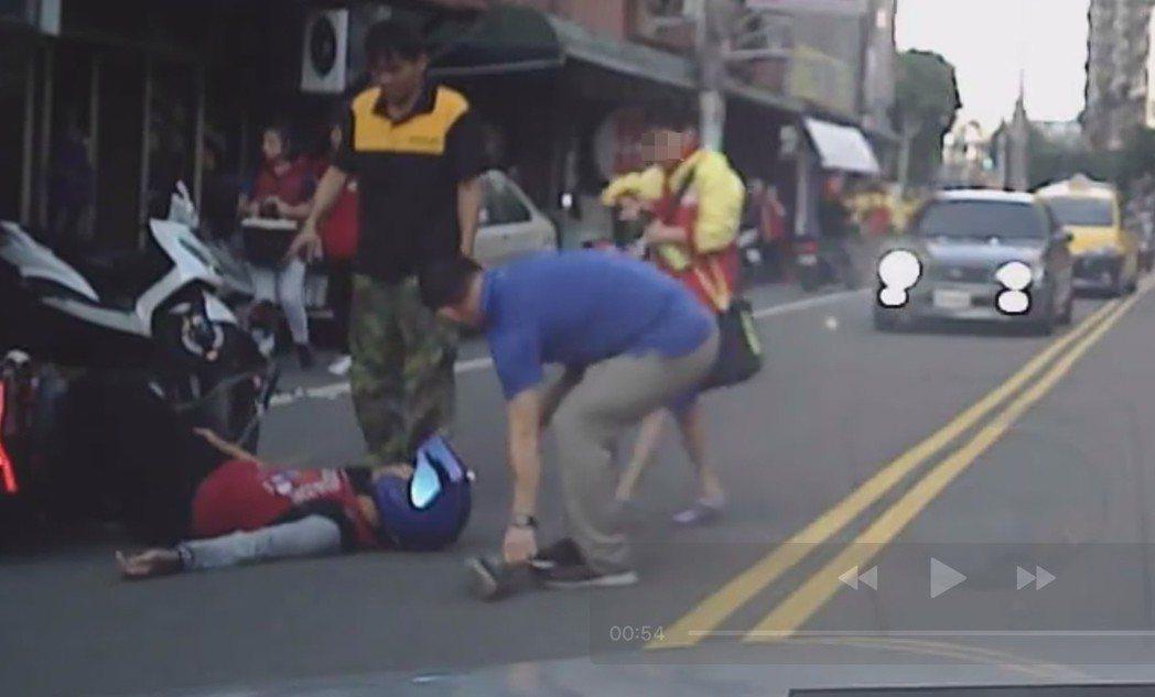 騎士摔車倒地。圖/截自臉書龜山生活通