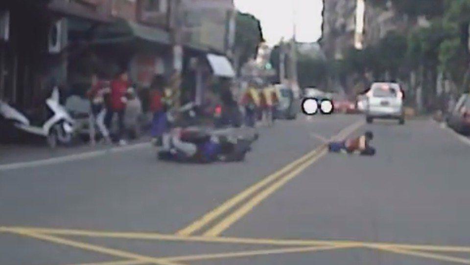 學生衝出和機車發生擦撞。圖/截自臉書龜山生活通