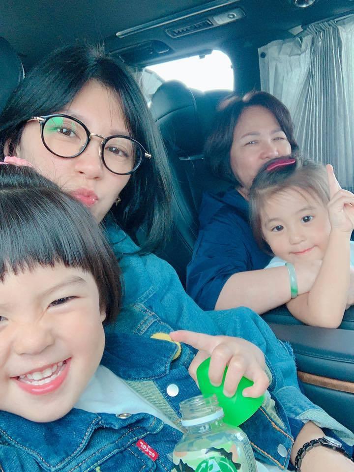 賈靜雯帶媽媽及女兒咘咘、Bo妞遊香港。圖/摘自臉書