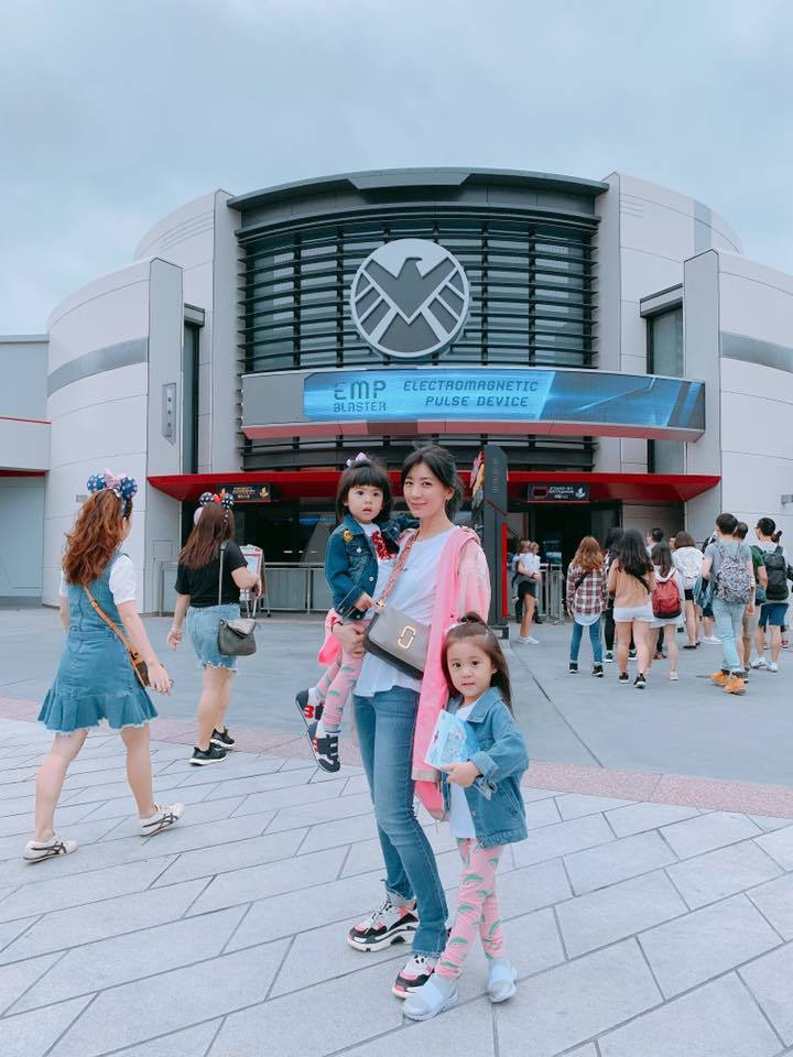 賈靜雯帶咘咘、Bo妞遊香港。圖/摘自臉書