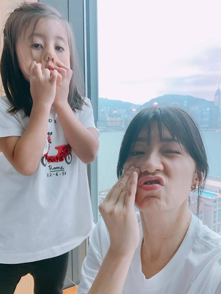 賈靜雯與咘咘。圖/摘自臉書