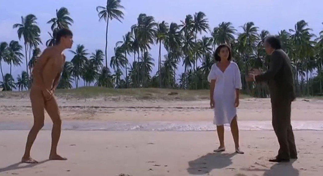 梁家輝(左)在「雪兒」首度全裸入鏡,和鍾楚紅、楚原演出喜趣衝突場面。圖/摘自新浪