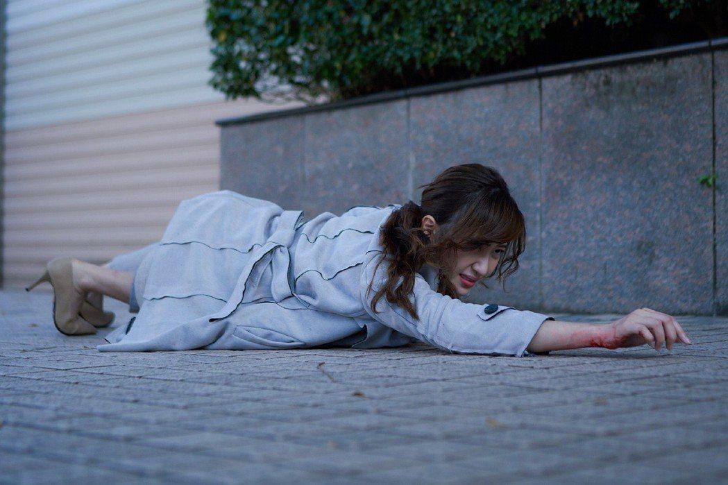 謝翔雅拍攝「愛情白皮書」遭搶劫戲。圖/東森提供