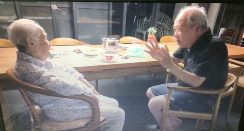 嘉義縣大林慈濟醫院失智症中心主任曹汶龍(右)照護90歲失智老母親(左)。記者魯永明/翻攝