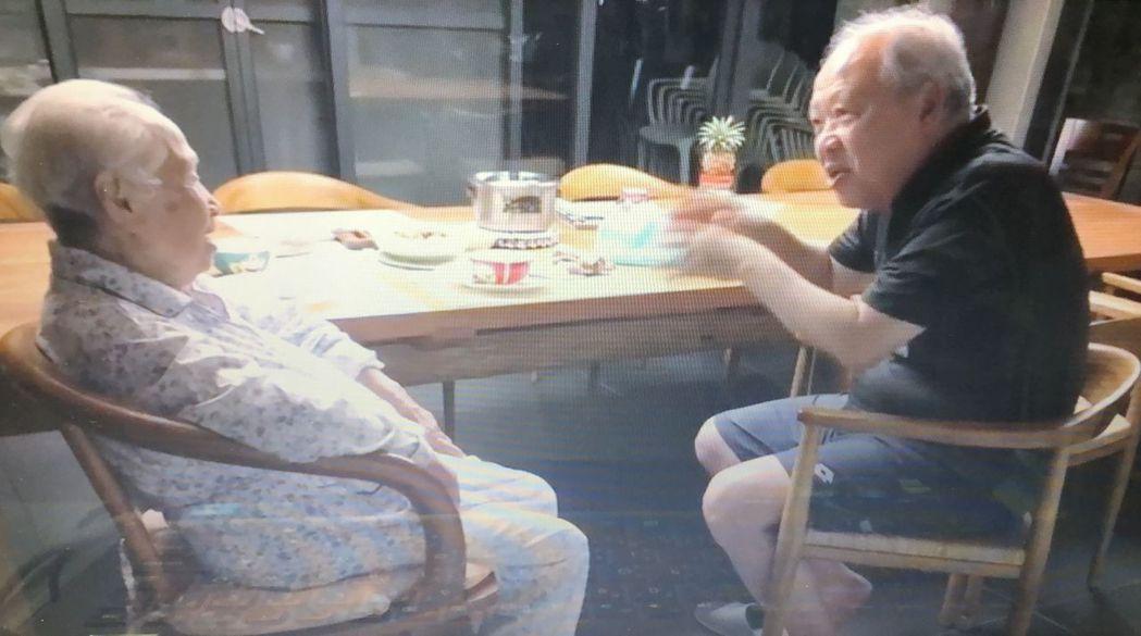 嘉義縣大林慈濟醫院失智症中心主任曹汶龍(右)照護90歲失智老母親(左)。記者魯永...